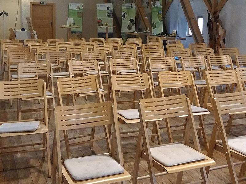 Stuhlreihen im Heubodensaal kurz vor einer Vortragsreihe