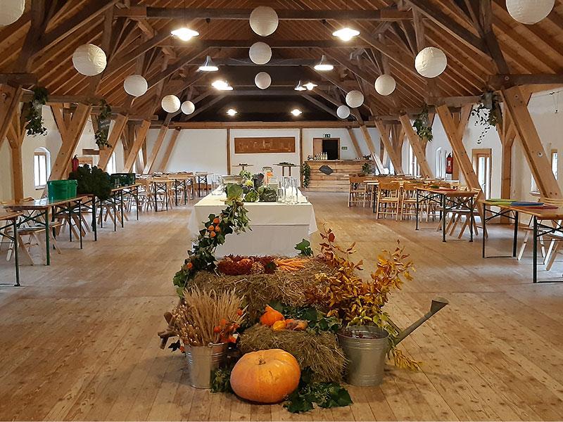 Herbstliche Dekoration im Heubodensaal kurz vor dem Krautfest