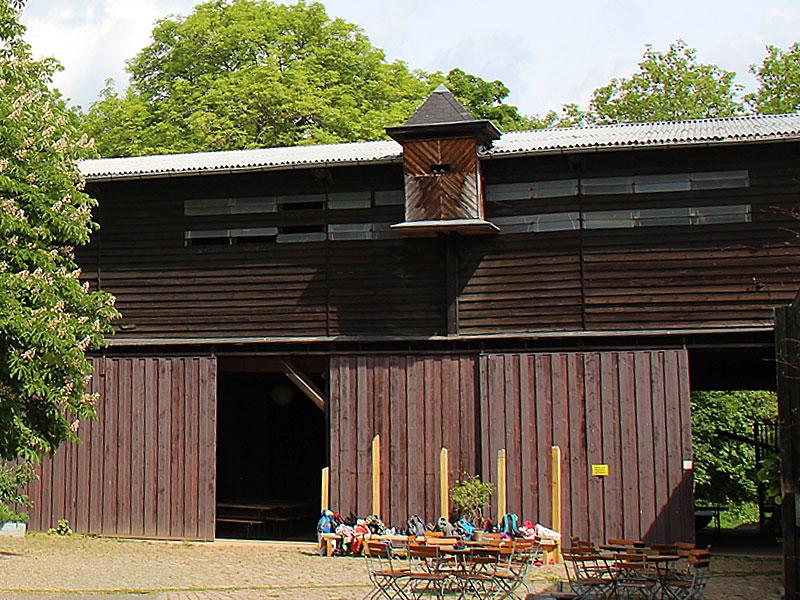 Scheune von außen, Hofseite, mit offenen Toren