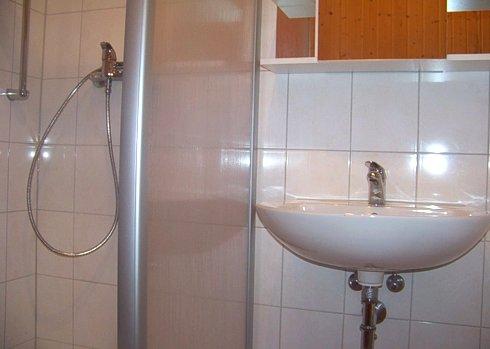 Dusche und Waschbecken im Bad der Gesindewohnung