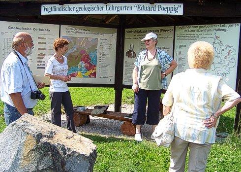 Dr. Brigitte Unger erklärt Besuchern die Gesteine des Vogtlandes vor dem Pavillon des Gesteinsgartens