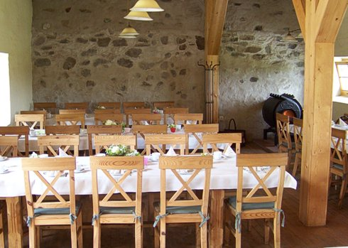 Stühle und Tische im Pferdestall