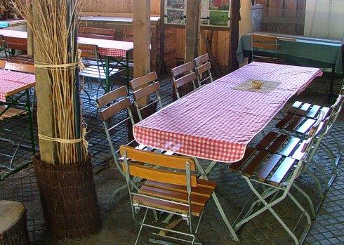 Tsche und Stühle in der Remise