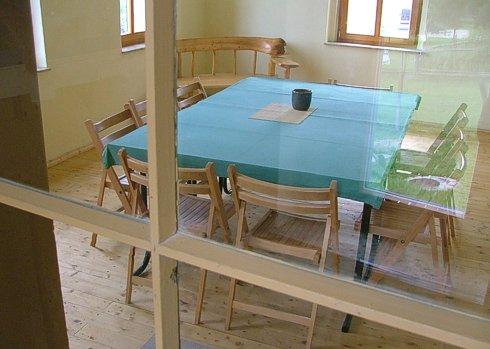 Tische und Stühle in der Gesindestube