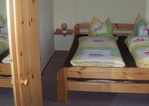 Ein Doppelbett in der Schweizer Wohnung